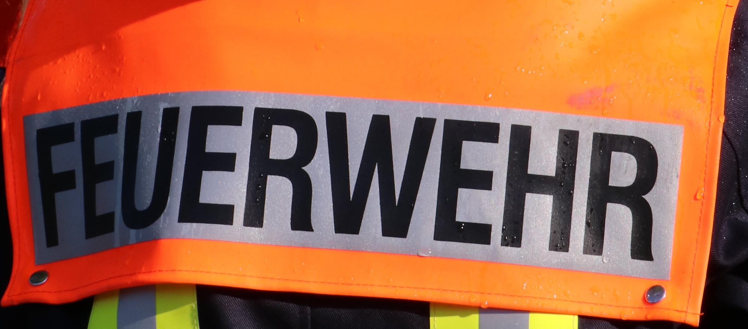 Feuerwehr Schriftzug auf Einsatzjacke