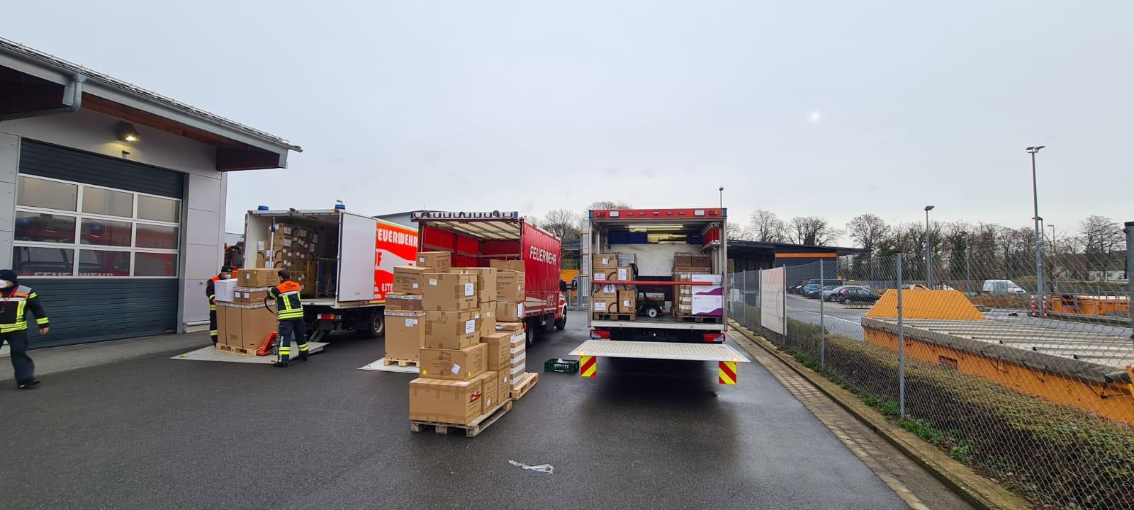 Beladen der Logistikfahrzeuge im Feuerwehrzentrum Klingholz